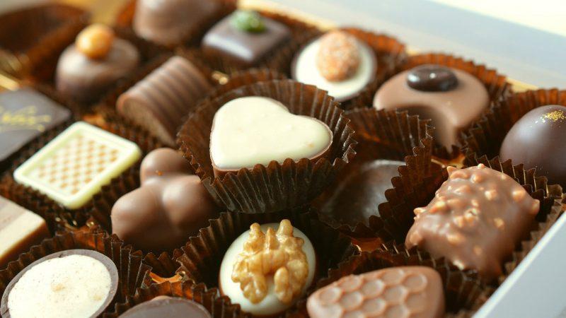 W koszu upominkowym z polskimi specjałami nie brakuje czekoladek