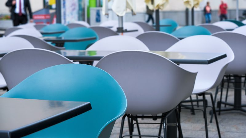 Meble w restauracji - przykład plastikowych